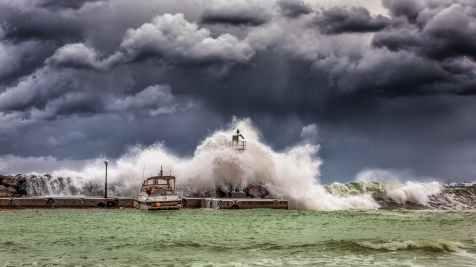 big waves under cloudy sky